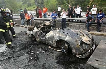 Porsche del accidente de hoy en la tarde en carretera Mexico-Toluca, fallecieron sus 2 ocupantes al volcarse.Q.P.D