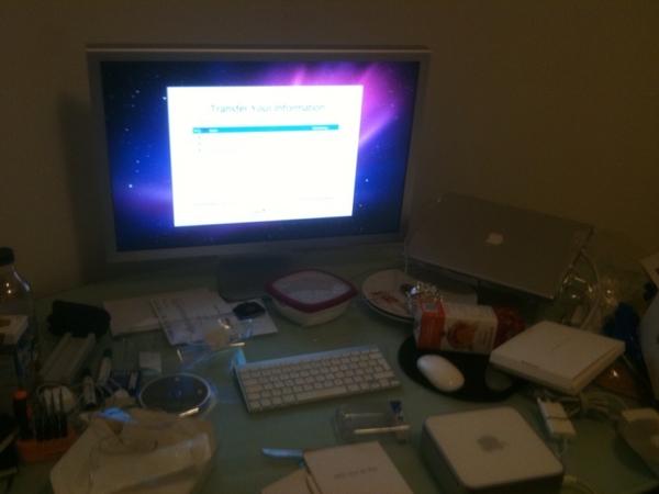 Wheeeeha... Mac mini herstellen en daarna kamer opruimen #puinhoop .. Lekker film kijken terwijl hij bezig is :)