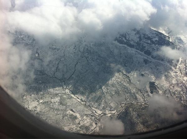 We gaan zo landen maar volgens mij heeft de piloot de verkeerde afslag genomen.. #zuidspanje #sneeuw