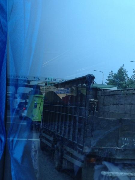Pintu tol pasir koja padat merayap nih #InfoBdg #trafficBdg #LalinBdg