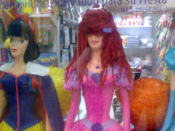 Hasta las princesas de Disney andan con las pollinas emo/tukkys que usan las niñas de ahora xD