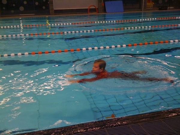 Son examening for his 5th swimming diploma