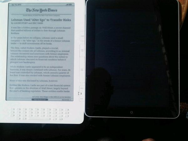 @dereckbreuning Hierbij de kindle naast de ipad met een boek met witte achtergrond. Zo beter? :-)