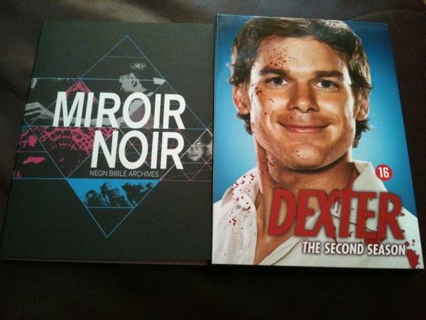 2 dvd's gekocht voor de donkere decembermaand: Mirror Noir (Arcade Fire) en Dexter seizoen 2
