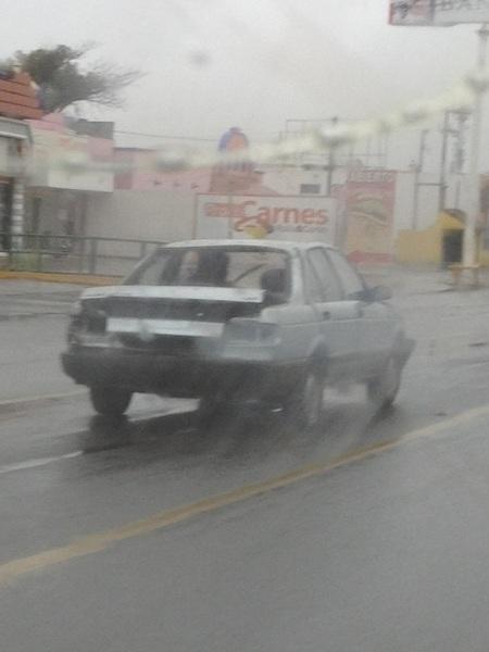 En mi camino se cruzo este tsuru que bien pueden pensar es un coche bomba, pues no lo es, sigue andando #cdvictoria.