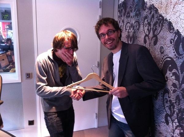 Wow! @hugoschaap krijgt de Kledinghanger van het Jaar uitgereikt door @michielveenstra! #KvhJ11