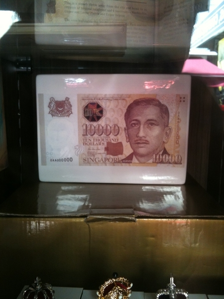 Sg 10k note right in front of me! Singapore got 10k notes one meh ??? I thought 1k is the biggest??!
