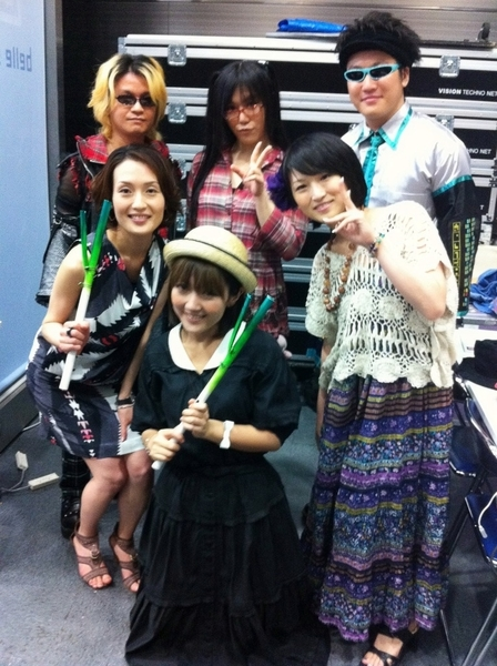 きょう袖で撮った写真でーす(^^)MOSAIC.WAVさん、鶴田加茂さん、藤田咲さん、NHK森山春香アナと(^^) RT @miko2 @momoiktkr こちらこそありがとうございますー>w<ノ 今日はいろいろお世話になりました♪ ライブ、お疲れ様でしたー♪♪