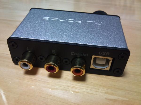 uDAC-2、左からRCAピンの左と右、デジタル同軸出力、USBのBソケット