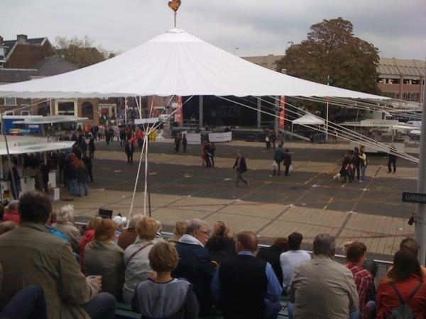 Wachten op de officiële opening van #3oktober door Teatro di Mundo op de Garenmarkt #LeidensOntzet #Leiden