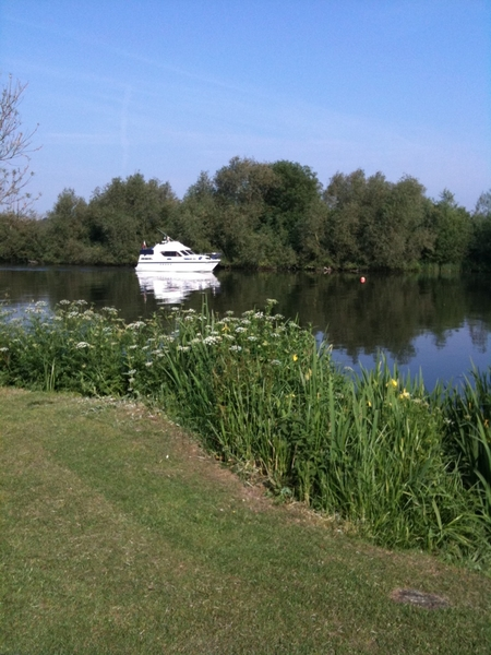 Life looked good for some on the Thames near Reading this morning  @SatScenes always the lotto tonight though hey.