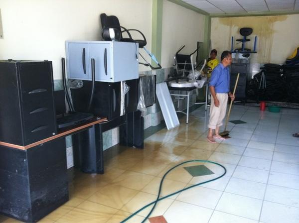 En la mueblería Tito muebles, su propietaria puso los muebles encima de estantes #Chone #manabi #ciespalmovil