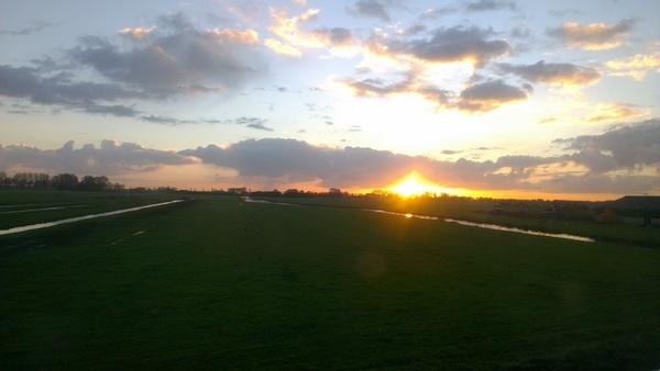 Zonopkomst boven de weilanden tussen Middelie en Edam.  #buienradar