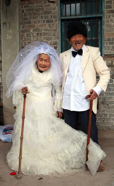 Dit stel kon pas na 88 jaar hun trouwfoto laten maken.