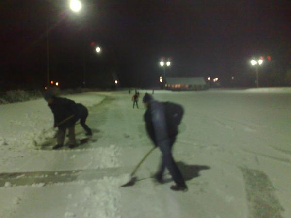 in+plaats+daarvan+sneeuwschuiven+in+dalfsen+bij+stokvisdennen+zodat+jeugd+kan+schaatstrainen