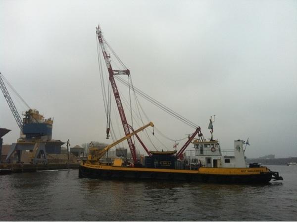 Naar het schijnt wordt het gezonken schip in het Oostelijk Havengebied nu gelicht ...