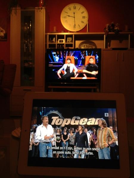 Samen op de bank tv kijken. Zij #TVK en ik #topgear op de iPad ;)