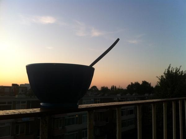 Wat een breide. Eten op het balkon.