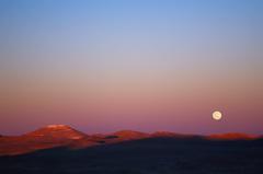 maanopkomst boven cerro armazones (chili), waar europese 39m-telescoop gebouwd wordt: http://www.eso.org/public/images/eso1440c/