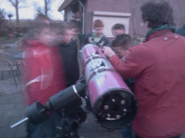 Jan bij z'n kijker, een Newton spiegeltelescoop. -