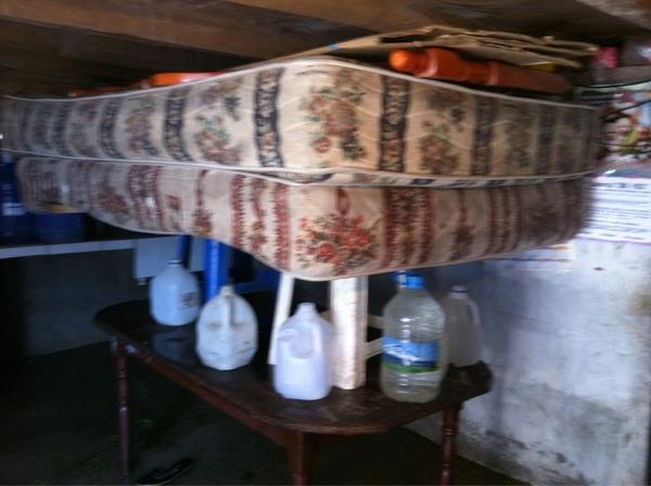 En Las Palmas, una familia puso sus enseres encima de muebles para evitar que se mojen #Chone #manabi #ciespalmovil