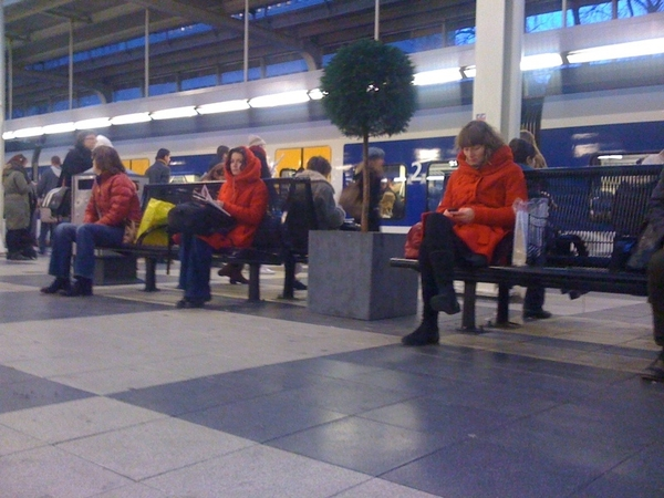 Tja. Dan heb je die mooie bijzondere uitgesproken rode jas gekocht. Zit je om 08.00 uur naast dezelfde jas. #balen
