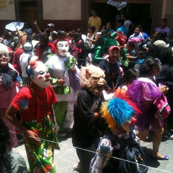 @mikealex_aldana esta es la más retirada con gente desfilando.