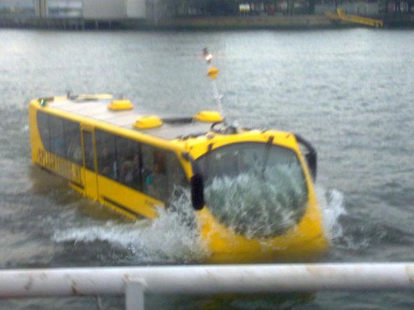 Die busschipper is niet bang vaart ie ff onder mijn golfjes door #actiefoto !