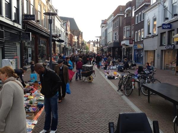 In de serie Een verkeerde foto gebruikt Bij deze hersteld RT @Wimzegt #Koninginnedag2012 Langestraat #033 07.30