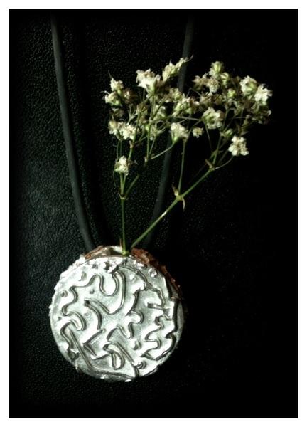 Na een dag zilver bewerken is 'Thank you for the Roses II' klaar. En ik ben tevreden...