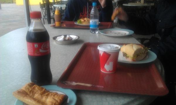 Eten bij club WAB in #Walibi holland. Corne was irritant, vind ie leuk. Nu hier showtje van WAB.