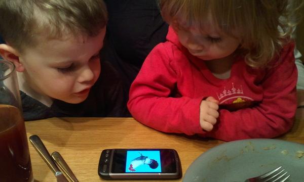 Samen kijken naar het kuikentjes-lied (youtube maar eens...o_O)