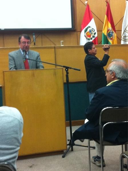 Enrique Ayala Mora introduce la conferencia de @piscitelli (de espaldas) en la U Andina en Quito