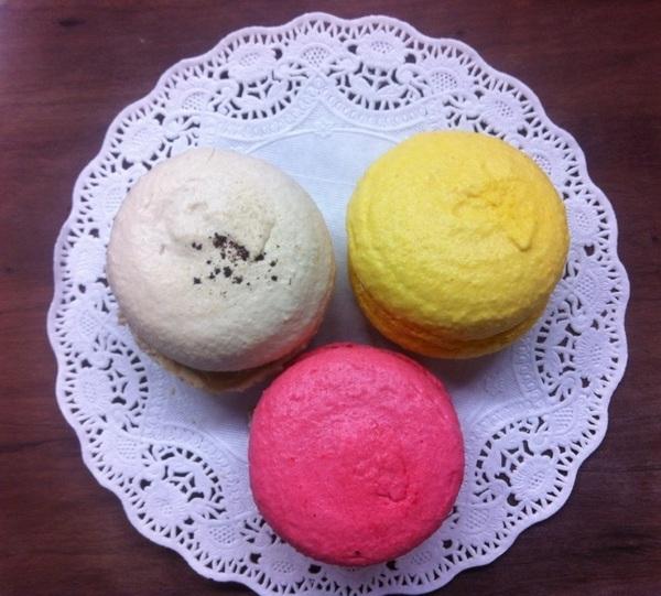 今夜、 A quatre 阿波座。 お菓子の。 お教室で。 マカロン。 つくった。 花菜んと。  Framboise Citron Cafe  の。三種。、