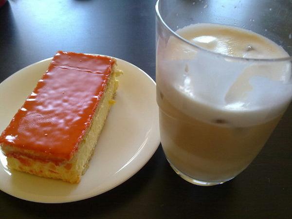 Hmmm ice cappuccino en een oranjetompouce. #koninginnedag
