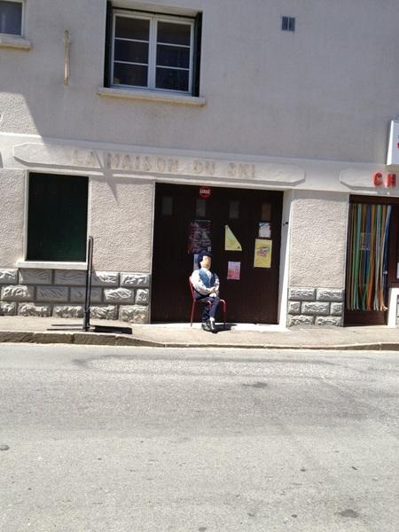 Grappig: Campan is het Poppendorp. Overal zijn poppen. Ze doen de was, zitten op een terras of zomaar op een stoeltje.