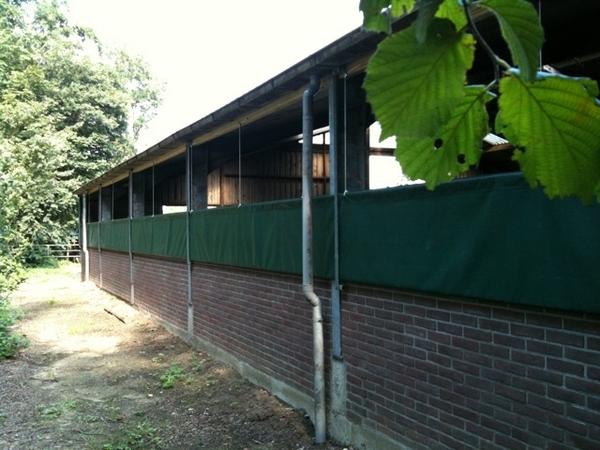 Door een deel v d muur te verwijderen is er meer frisse Lucht voor het vee.