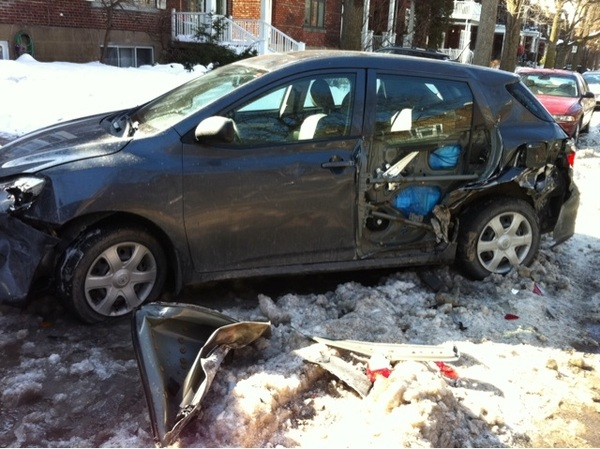 La police a cogné à ma porte pour me dire qu'une charrue avait scrappé ma voiture pendant la nuit!