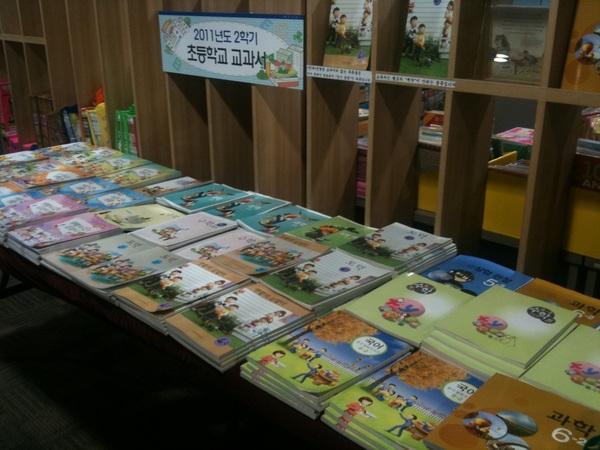 요즘 초등학생들은 교과서를 두 권씩 사서 한 권은 학교에 두고, 하나는 집에 둬서 가방 안매고 다닌다는군요^^ 책값도 2~3000원 정도~#1233822 #shopping