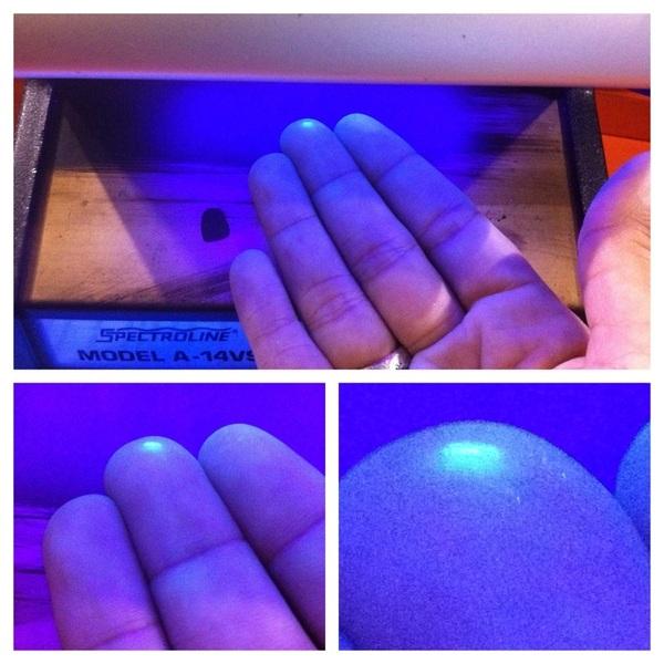 Im a freak!!!  Si coloco mi mano bajo luz UV sobresale un punto raro