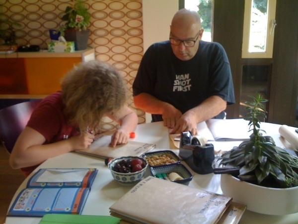 @woenz helpt onze brugpieper met het kaften van boeken!