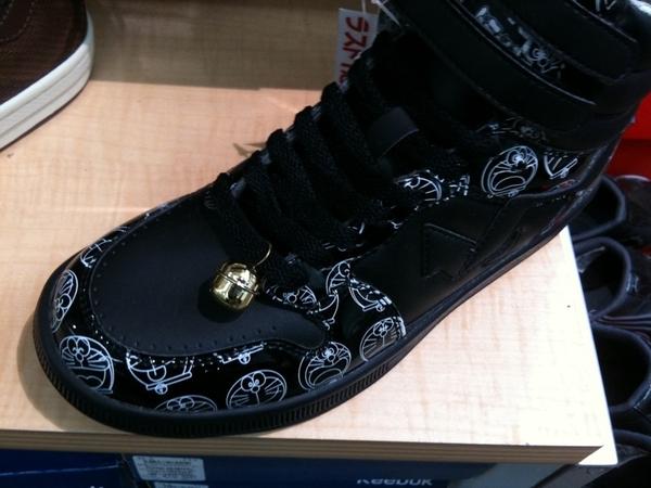 長男とショッピングセンターに来ています。面白い靴を見つけました。