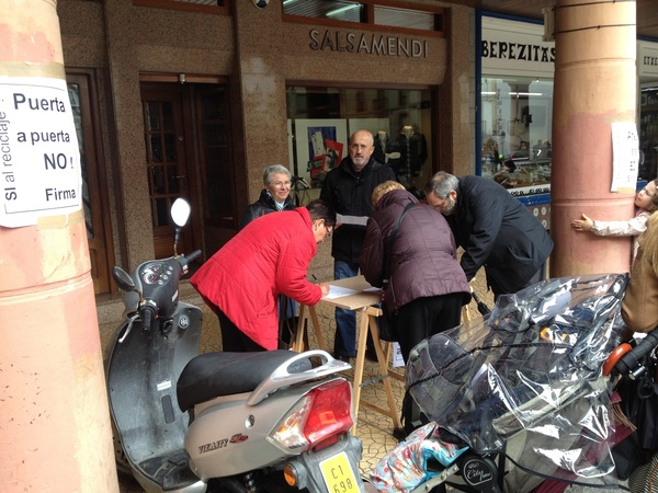 Recogía de firmas a favor del reciclaje y contra el Puerta a Puerta  #PaP  #atezate en  #Zarautz #ParticpacionCiudadana