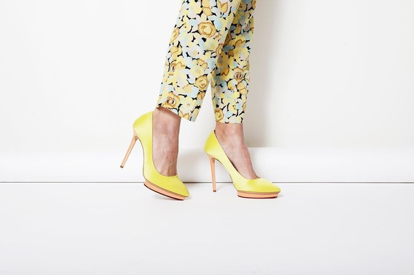 kleur van de maand: GEEL! #CharlotteOlympia schoenen en #TaraJarmon broek Shop @thenextcloset #preloved #shoes #prints #summer #yellowooutfit #ootd