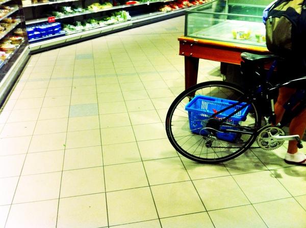 Er is iemand hier boodschappen aan het doen op de fiets. Letterlijk.