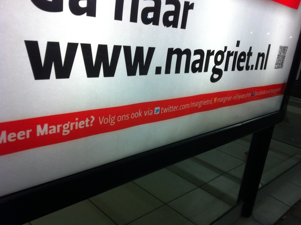Online/offline integratie met @twitter, @hyves en @facebook op een poster van @margrietnl. Mooi om te zien! #kudos. #goodbusy
