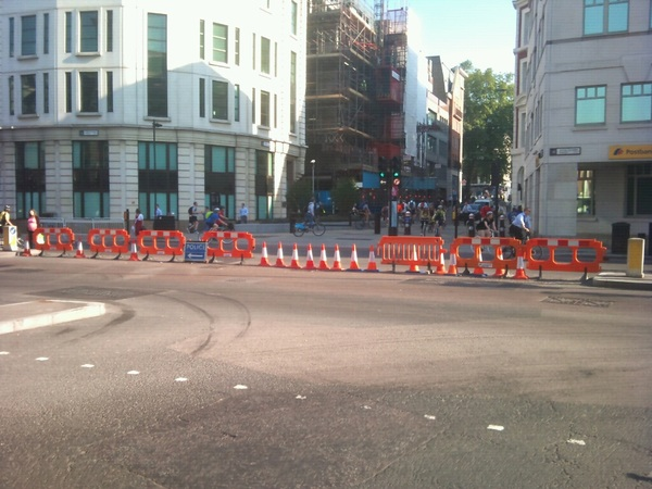 Cycle way CS7 blocked Queen St/Upper Thames St. 1 collision/min as cyclists avoid. Whose daft idea @GAOTG?