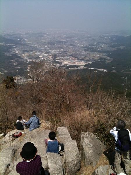 宝満山頂から福岡市方面の眺めです。やや霞んでいます。