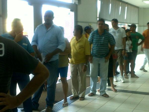 @danieljpc encontrei o irmão gêmeo do @Deickrq aqui na fila do Banco em Santarém...falta o teu
