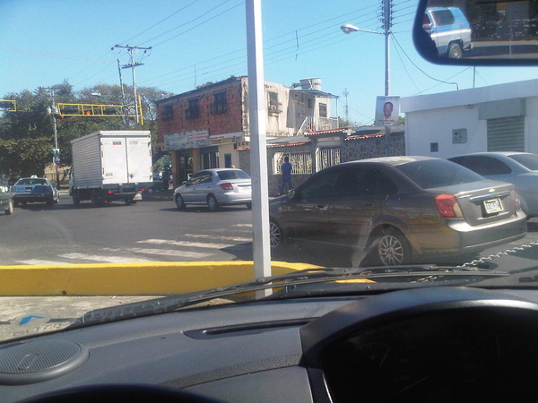 D noticagua Hasta cuando la gente no respeta el paso peatonal??? Que desastre! Conciencia!